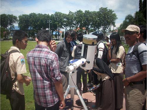 Pengamatan matahari dipandu oleh mahasiswa dari Himastron ITB. Kredit: Aldino