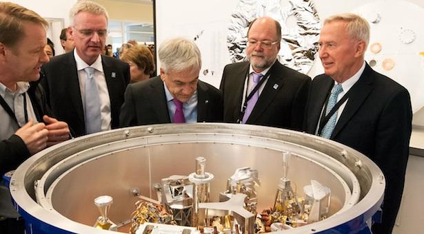 Presiden Chili saat meninjau fasilitas ALMA. Kredit: ESO/ALMA