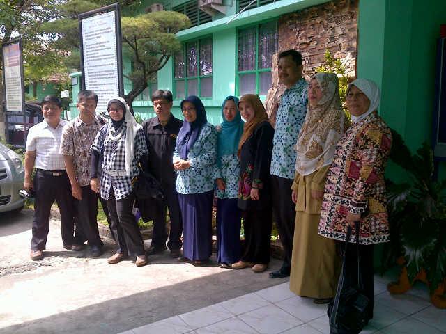 Berfoto bersama para guru dan Kepala Sekolah SMAN 1 Pekan Baru