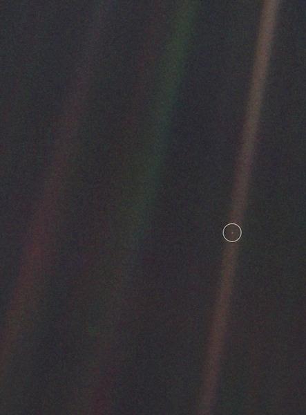 Foto Bumi yang dipotret oleh Voyager 1 pada tahun 1990 ketika wahana itu berada 6 milyar kilometer jauhnya dari kita. Kredit: NASA.