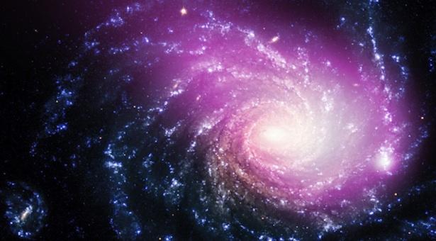 Siapa sangka kalau foto galaksi spiral yang keren plus halo berwarna pink yang tampak tenang ini sebetulnya mengabadikan peristiwa tabrakan di angkasa! Kredit: Sinar-X: NASA/CXC/Huntingdon Inst. for X-ray Astronomy/G.Garmire, Optik: ESO/VLT