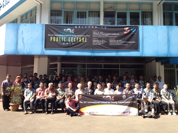 Foto bersama seluruh peserta dan pengajar ISYA sesaat setelah acara pembukaan ISYA 2013 di LAPAN Bandung. Kredit: langitselatan