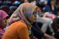 Seorang peserta kuliah umum Profesor Bambang Hidayat tampak serius menyimak penuturan narasumber. Sumber foto: Ferry M. Simatupang.