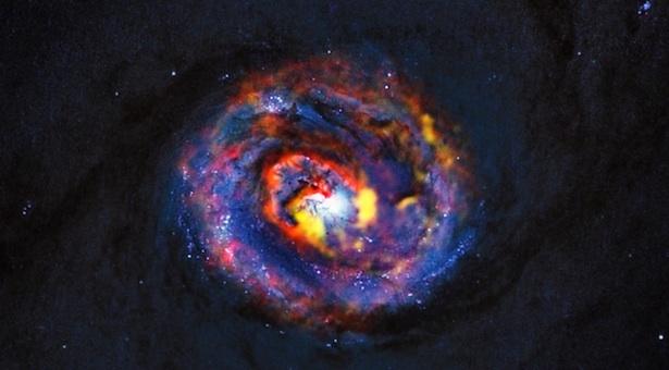 Dengan menggunakan teleskop ALMA para astronom baru-baru ini berhasil mendapatkan foto ini, yang menunjukkan aliran materi ke lubang hitam di pusat galaksi bernama NGC 1433. Kredit: ALMA (ESO/NAOJ/NRAO)/NASA/ESA/F. Combes.