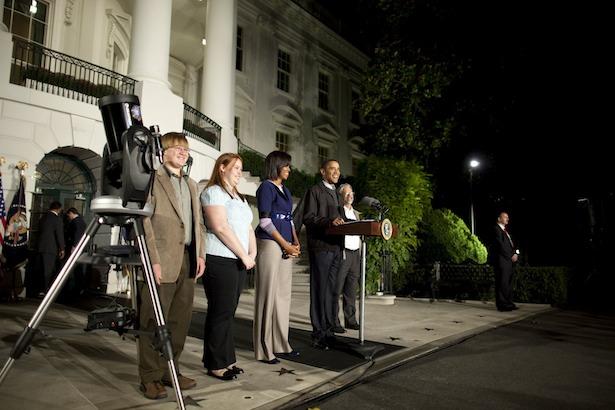 Caroline Moore saat Star Party di South Lawn, Gedung Putih bersama Presiden Barrack Obama. Sumber: NRAO. Kredit Foto resmi Gedung Putih: Chuck Kennedy