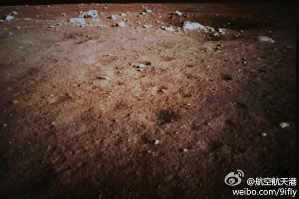 Foto pertama yang dikirimkan Chang'e 3 setelah mendarat di BUlan. Kredit: China Space
