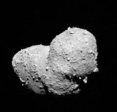 Foto close-up asteroid Itokawa, diambil oleh wahana Hayabusa. Kredit: JAXA.