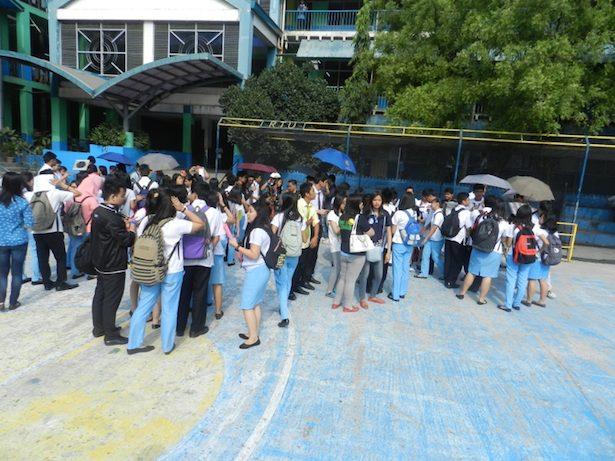 Antrian siswa-siswi yang penasaran ingin melihat Matahari melalui teleskop pada kegiatan pengamatan siang di kampus RTU. Kredit: nggieng
