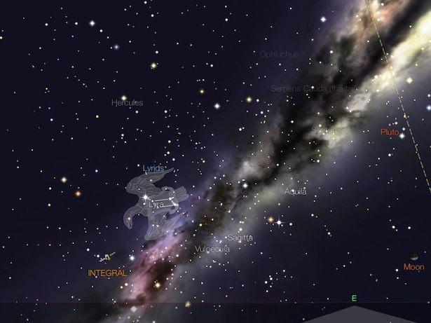 Lyrid akan terbit sekitar jam 10 malam di timur laut. Tampak juga Bulan yang terbit tengah malam. Kredit: StarWalk