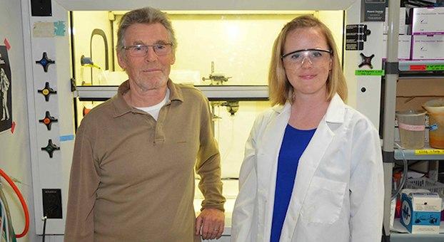 Michael Russel dan Laurie Barge dari laboratorium dunia es yang melakukan uji coba kondisi ventilasi hidrotermal untuk mengetahui munculnya kehidupan. Kredit: NASA