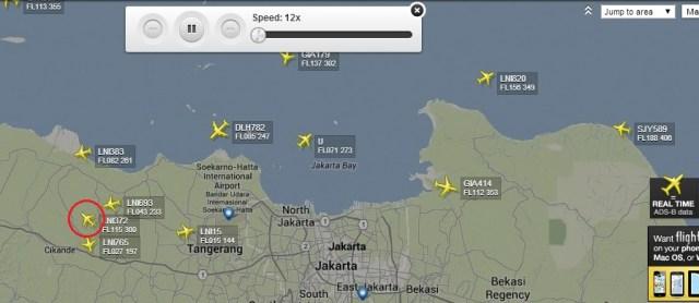 Gambar 4. Rekaman basis data FlightRadar24 tentang lalu lintas penerbangan komersial di area Jabodetabek (Indonesia) pada Minggu 8 Juni 2014 di sekitar 18:00 WIB. Nampak penerbangan LNI 372 (dalam lingkaran merah), menjadi satu-satunya pesawat yang sedang mengudara ke barat dan masih berada di atas daratan Jabodetabek. Sumber: FlightRadar24, 2014.