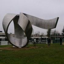 Patung abstrak berisikan penemuan fisika sejak jaman Mesopotamia. Kredit: Wicak Soegijoko