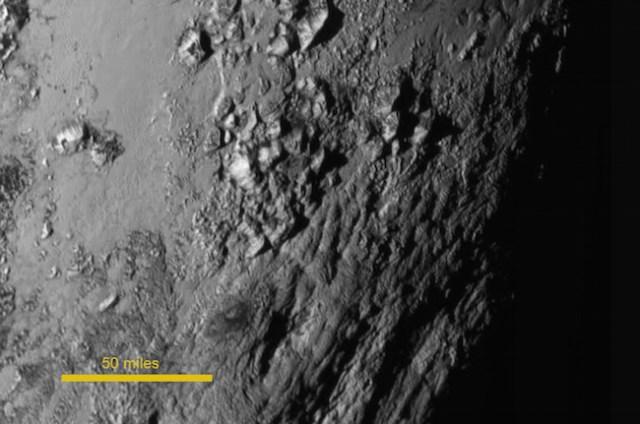 Permukaan Pluto yang memperlihatkan kehadiran pegunungan setinggi 3500 meter. Kredit: NASA-JHUAPL-SwRI