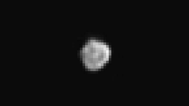 Nix, satelit Pluto yang ditemukan tahun 2005. Kredit:  NASA/JHUAPL/SWRI