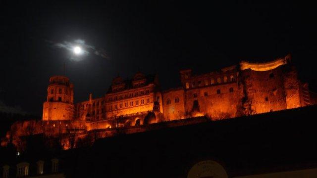 Bulan di atas Kastil Heidelberg. Kredit: Tri L. Astraatmadja