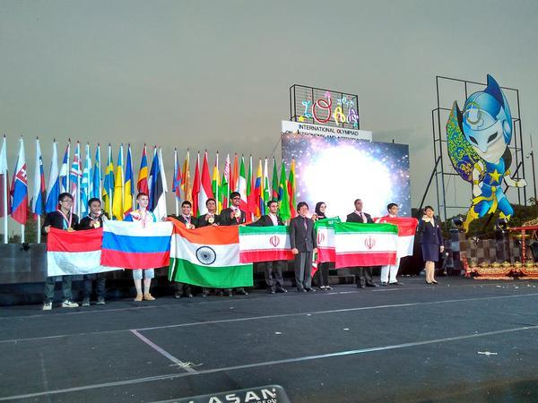 Para peserta yang meraih medali emas di IOAA ke-9 di Magelang. Kredit: IOAA