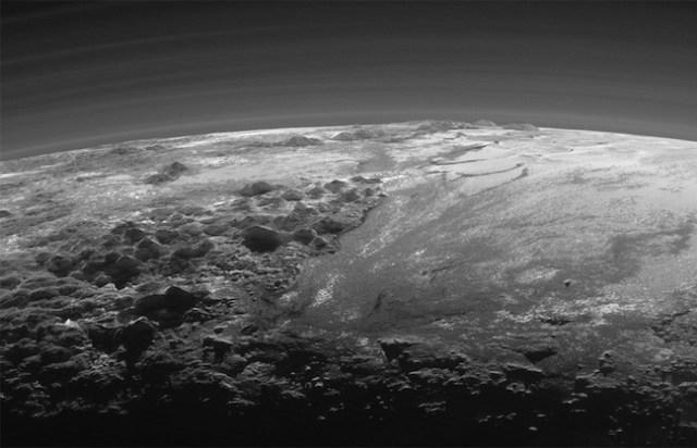Pegunungan dan Dataran Beku di Pluto. Kredit: NASA/JHUAPL/SwRI