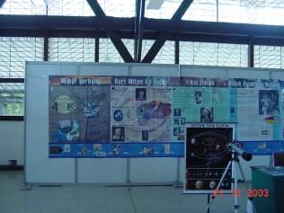 Sebagian (kecil) panel Sejarah Penerbangan Antariksa karya Himastron untuk Space Week 2003, saat ditampilkan kembali pada acara 80 Tahun Observatorium Bosscha. Kredit foto: Himastron.