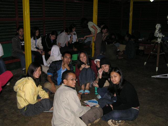 Himastron saat mengisi acara bagi siswi-siswi SMA Santa Angela Bandung, Mei 2004. Kredit: Himastron.