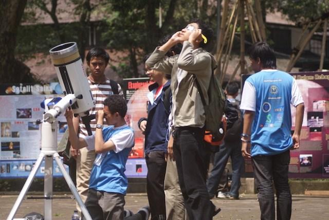 Khatulistiwa 2010, perayaan Pekan Astronomi Dunia di ITB tahun 2010. Persiapan pengamatan dan pameran poster astronomi. Kredit: Himastron