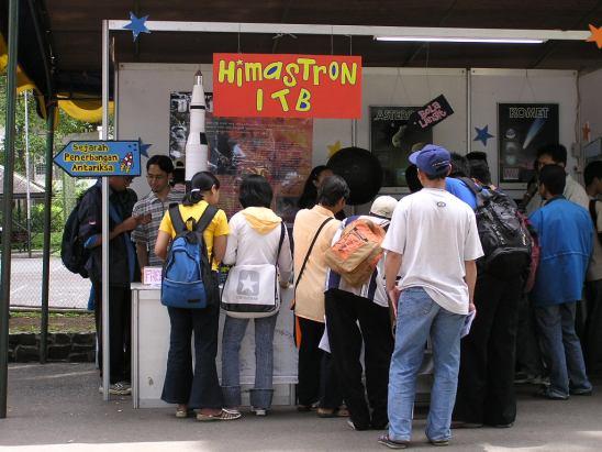 Stan Himastron dalam acara ITB Fair 2004. Kredit: Himastron.
