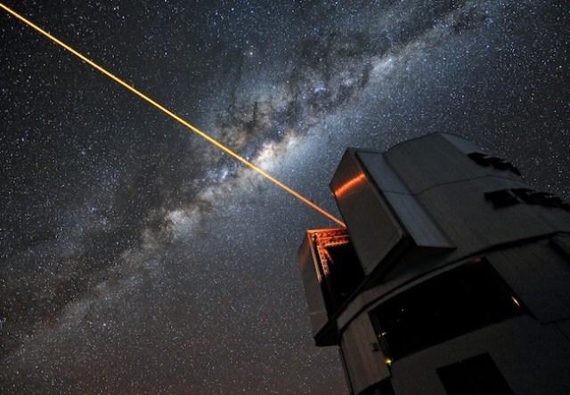 Gambar ini menunjukkan laser yang ditembakkan dari Very Large Telescope (VLT) di Chili. Laser yang serupa dapat digunakan untuk menyelubungi Bumi dari mata alien yang mencari-cari kita.
