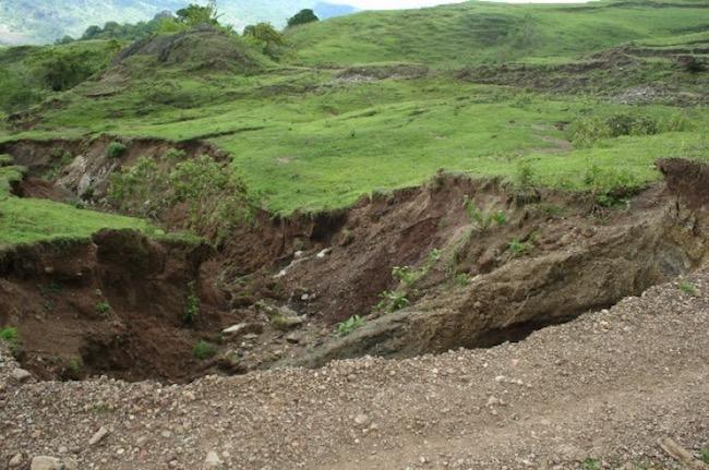 Gambar 2. Kondisi jalan menuju lokasi kandidat observatorium pada saat musim hujan (banyak longsor).
