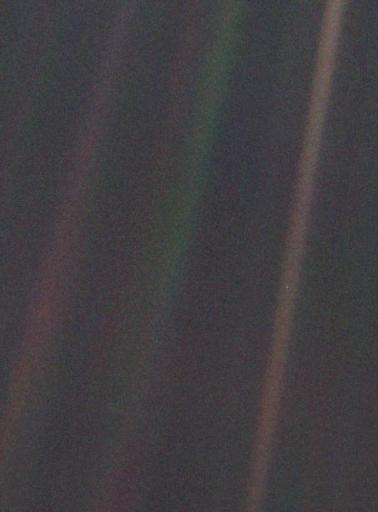 Titik Pucat Biru yang dipotert Voyager 1 dari jarak 6 milyar km tanggal 14 Februari 1990. Kredit: NASA