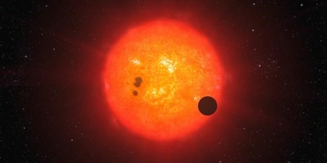 Ilustrasi exoplanet yang mengorbit bintang lain. Kredit: ESO/L. Calçada