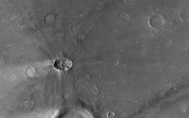 Kawah di Nili Patera, Mars. Kredit: NASA / JPL / UA / Emily Lakdawalla