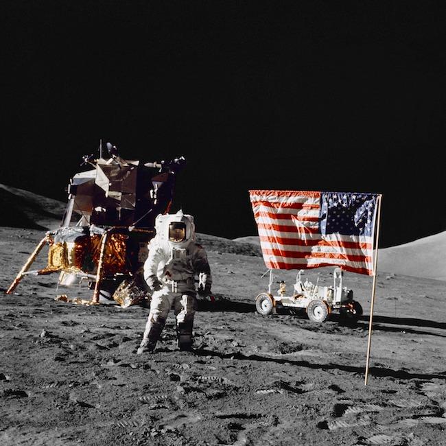 Pendaratan di Bulan, misi Apollo 17. Foto memperlihatkan astronaut Harrison H. Schmitt sedang berdiri di Bulan. Kredit: NASa