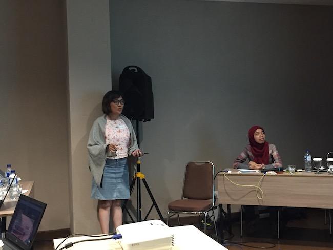 Mbak Riama, Dosen DKV ITB sedang bercerita tentang ketertarikannya pada folklore astronomi dari Indonesia. Khususnya tentang rasi Pemburu yang punya banyak interpretasi di seluruh dunia. Kredit: langitselatan