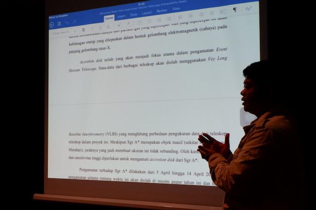 Zaid sedang memberi umpan balik untuk artikel setiap peserta. Kredit: langitselatan