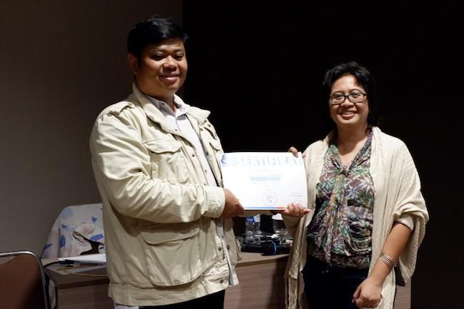 Penyerahan sertifikat untuk Zaid sebagai pembicara. Kredit: langitselatan