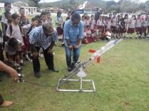 Guru pun ikut mencoba di Saparua. Kredit: Aldino Adry Baskoro