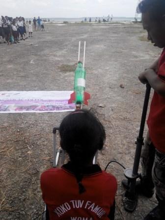Sesi peluncuran roket air di Kei. Kredit: Aldino Adry Baskoro