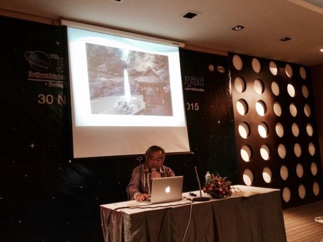 Pak Hardja saat presentasi keterkaitan budaya Sunda dan astronomi di SEAAN 2015. Kredit: Avivah Yamani