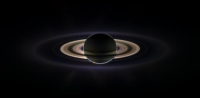 Saturnus di antara Cassini dan Matahari. Tampak cahaya Matahari di balik Saturnus. Kredit: NASA/JPL/Space Science Institute