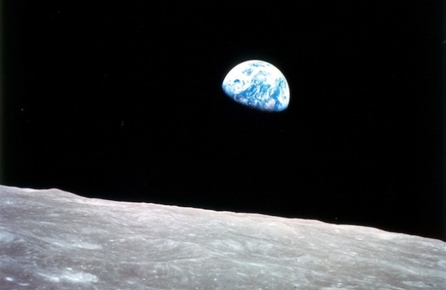 Bumi terbit dari balik cakrawala Bulan. Dipotret oleh Astronaut di wahana Apollo 8 pada tahun 1968. Kredit: NASA
