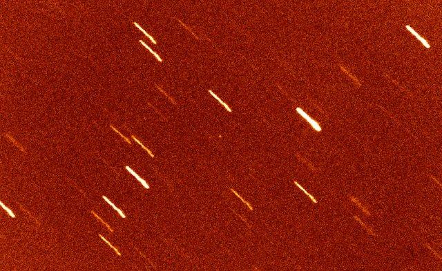 Gambar 1. Asteroid A/2017 U1, nampak sebagai bintik putih kecil di tengah-tengah citra. Diabadikan dengan teleskop William Herschell (4,2 meter) di Observatorium La Palma, Canary (Spanyol) pada 25 Oktober 2017 TU. Teleskop disetel mengikuti gerak asteroid, sementara gerak asteroid tidak sama dengan gerak semu bintang-bintang di latarbelakang. Sehingga bintang-bintang tersebut terlihat sebagai garis-garis. Sumber: Observatorium La Palma, 2017.