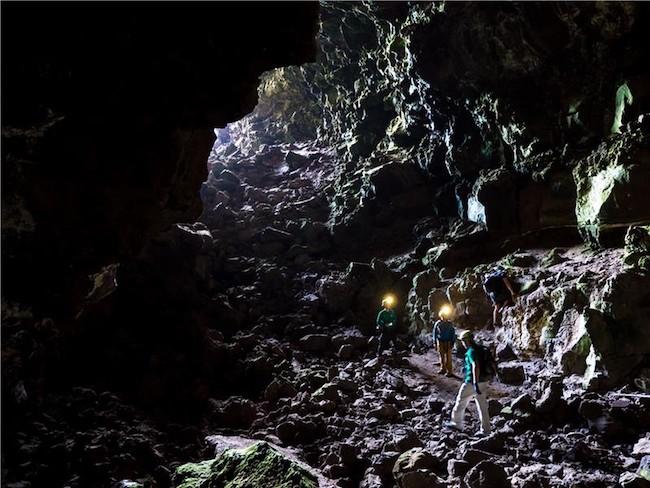 Di Pulau Lanzarote di Spanyol, astronot-astronot ESA dilatih di dalam terowongan-terowongan lava. Terowongan dan gua ini berada di bawah tanah dan terbentuk akibat aliran lava. Kredit: ESA/L. Ricci