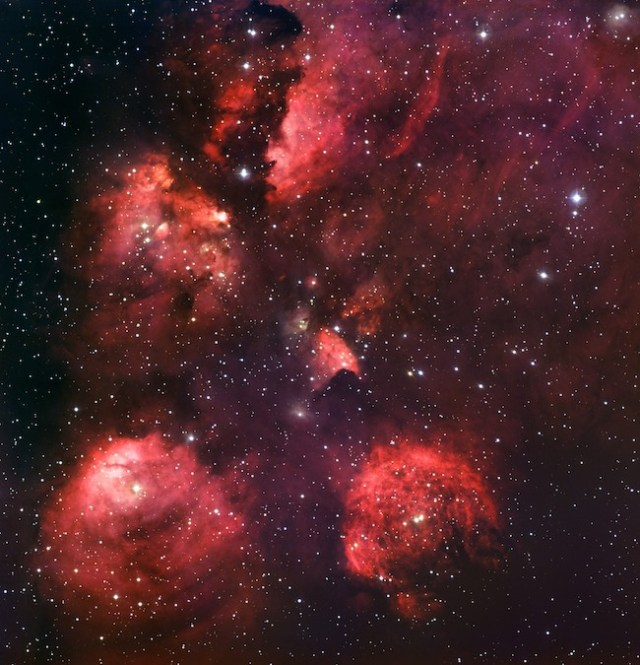 Foto astronomis yang indah ini memperlihatkan suatu daerah tempat bayi-bayi bintang dibentuk dan bintang-bintang muda panas membara yang terangnya menyebabkan gas-gas di sekelilingnya berpendar merah. Area ini dinamai Nebula Tapak Kucing karena tampak seperti jejak kucing. Kredit: ESO.