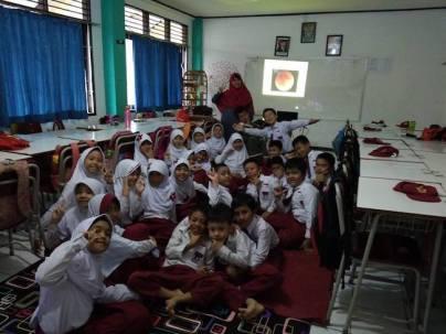 Sosialisasi gerhana bersama siswa SD. Kredit: Suci Purwanti