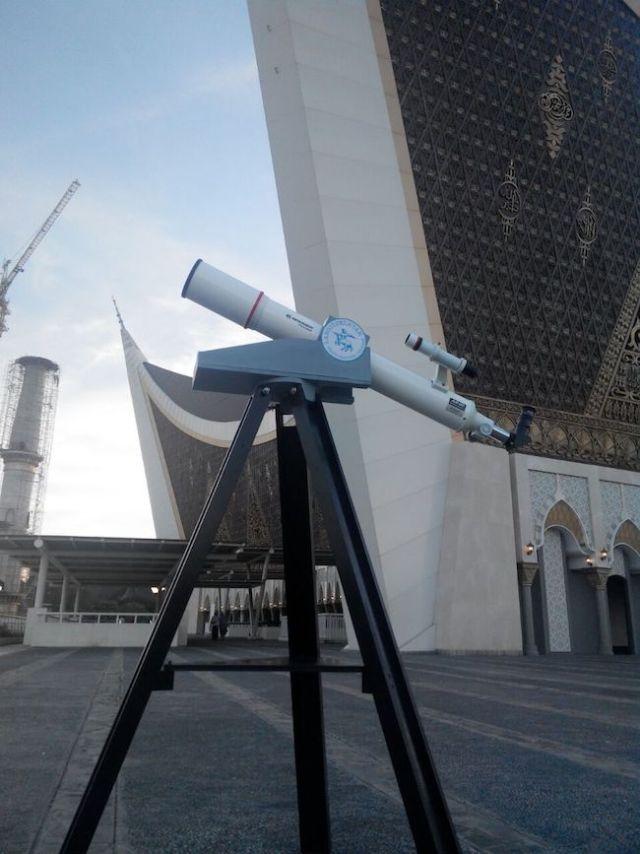 Teleskop Bresser AR90/900 di pelataran Masjid Raya Sumbar. Kredit: Aldino Adry Baskoro