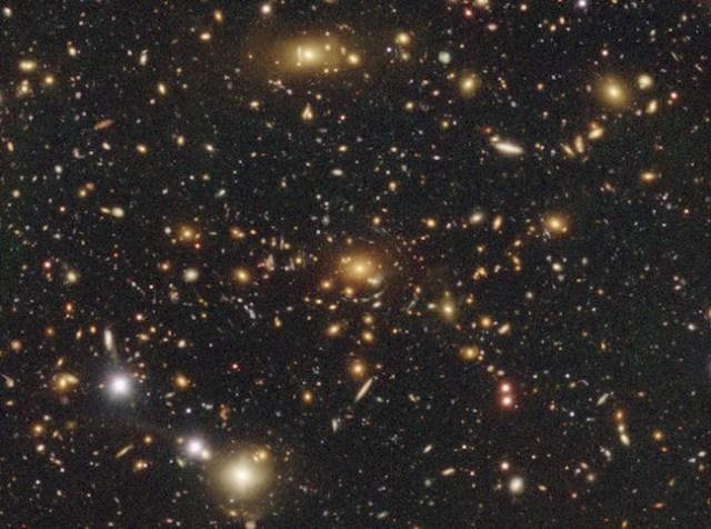 Galaksi-galaksi yang mengalami efek pelensaan gravitasi dalam pengamatan HSC. Kredit: NAOJ