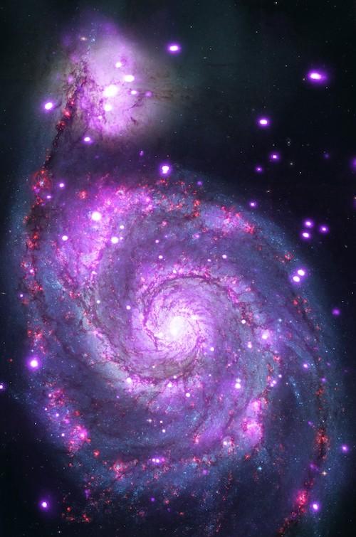Galaksi spiral ini dinamai Galaksi Pusaran atau Galaksi Whirlpool dan di sini terdapat sumber-sumber sinar-X sangat terang yang disebut ULX. Kredit: Sinar-X: NASA/CXC/Caltech/M. Brightman dkk; Optik: NASA/STScI
