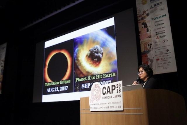Avivah Yamani dari LS saat memaparkan kajian tentang eksploitasi astronomi di media sosial. kredit: CAP 2018