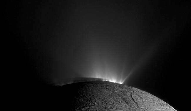 Semburan dari laut bawah tanah Enceladus. Kredit: NASA/JPL-Caltech/Space Science Institute