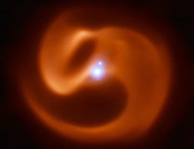 Sepasang bintang ganda Wolf-Rayet dan awan debu berbentuk kincir spiral. Kredit: ESO/Callingham et al.