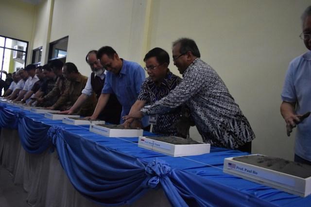 Pembubuhan cap tangan saat upacara peletakan batu pertama LAO. Kredit: ITERA